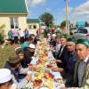 """4 июня в Якутовском мечете традиционно накрыли праздничный стол совместно участниками клуба по интересам """"Хужабикалар"""" после молитвы в мечети угостили сладостями, пирогами, блинами и пили чай с самовара."""
